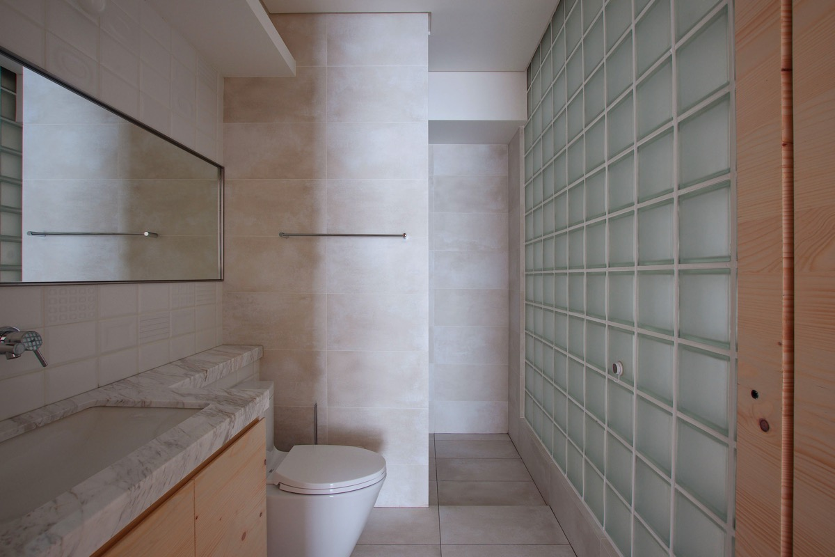 glass-block-bathroom-wall